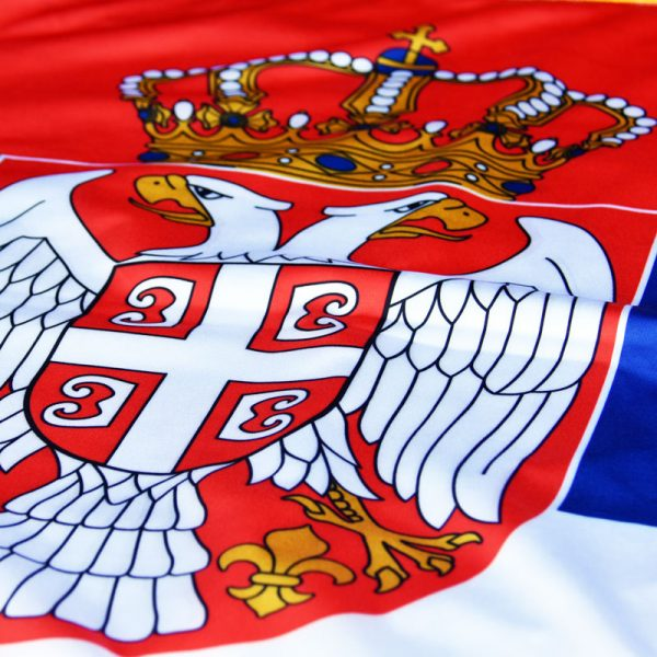 Grb Srbije na zastavi od krep satena.