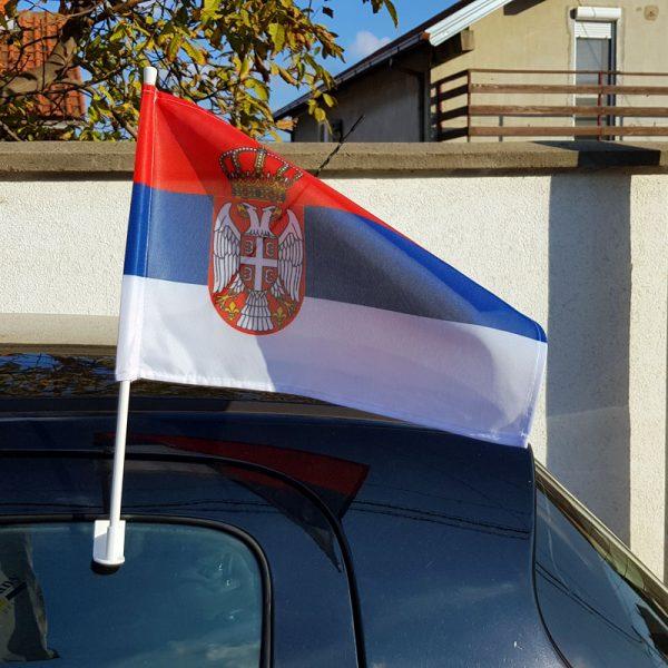 Zastava Srbije za auto sa nosacem montirana na auto.